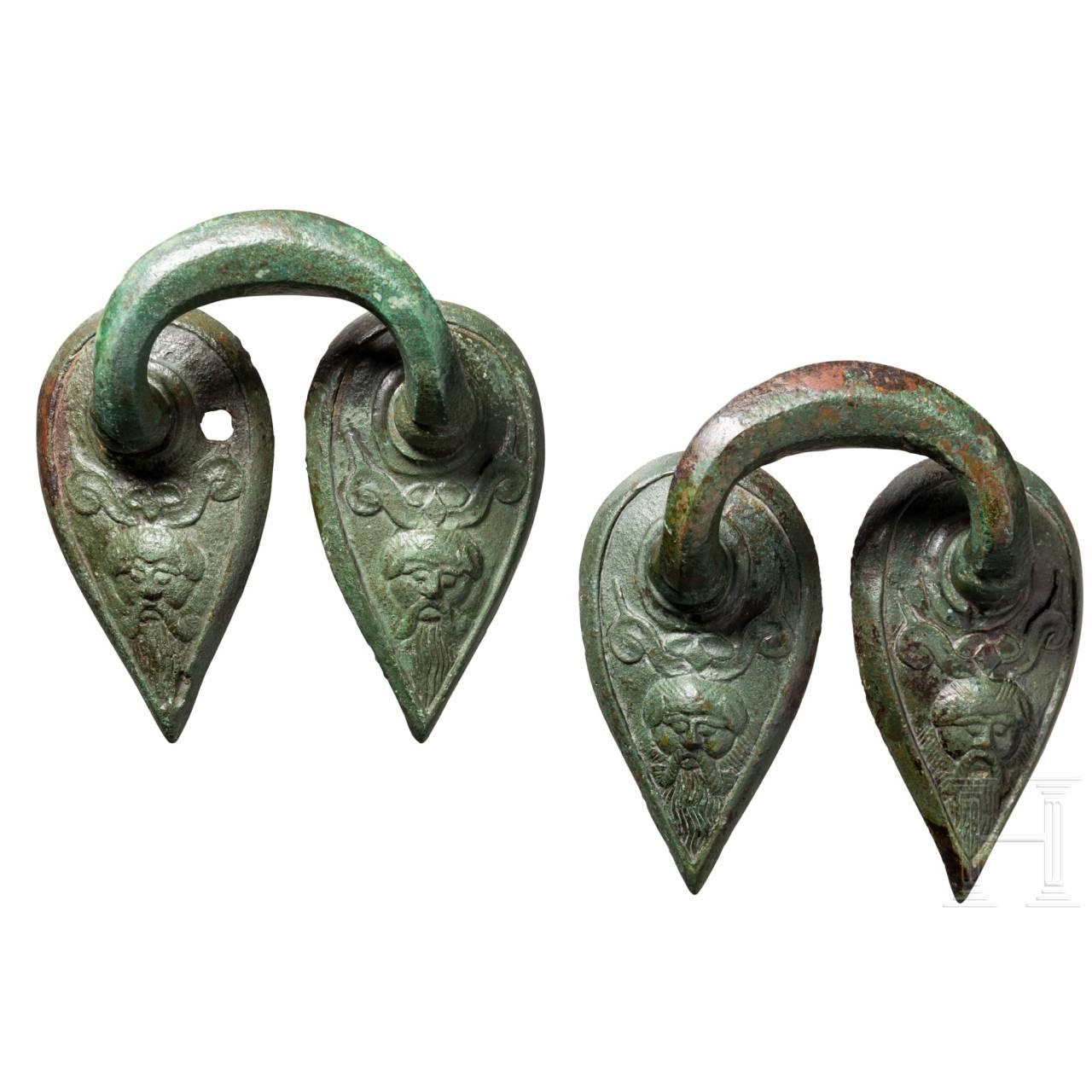 Zwei spätarchaische bronzene Henkelattaschen, Griechenland, um 500 v. Chr.