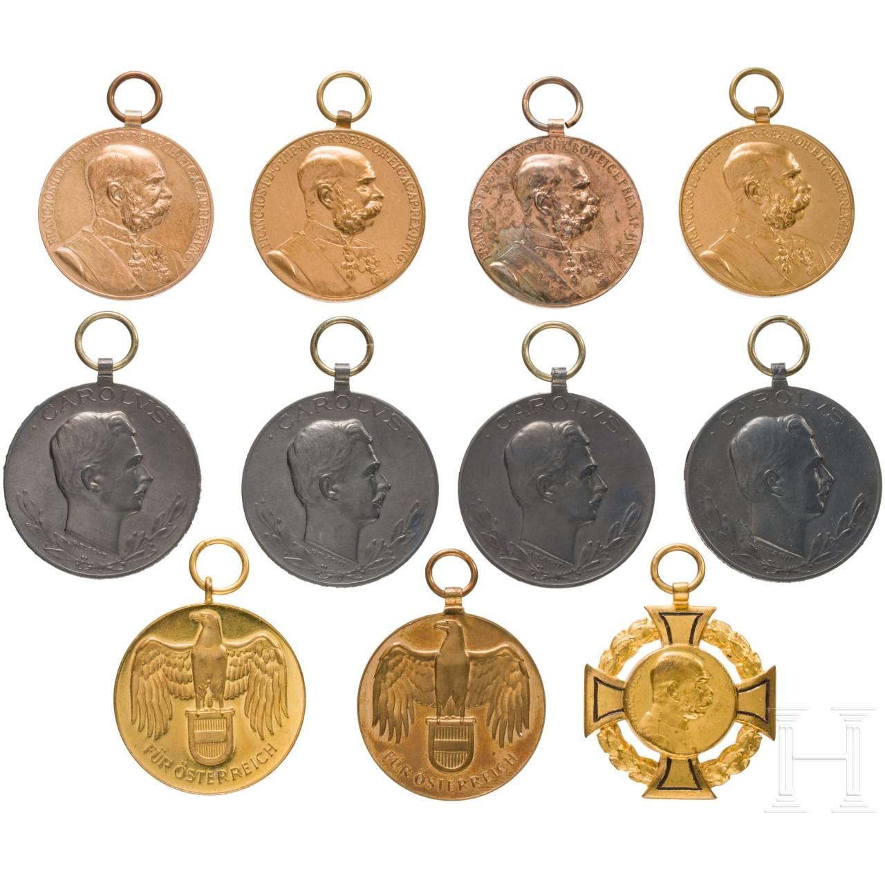 Gruppe von elf Ehrenzeichen