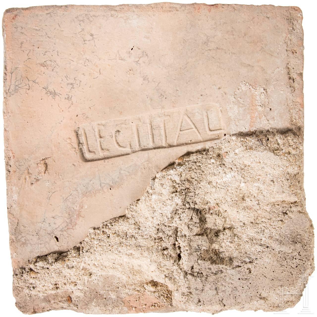 Ziegelfragment mit Stempel der 1. Legion Italica, römisch, Ende 1. Jhdt. - 4. Jhdt.