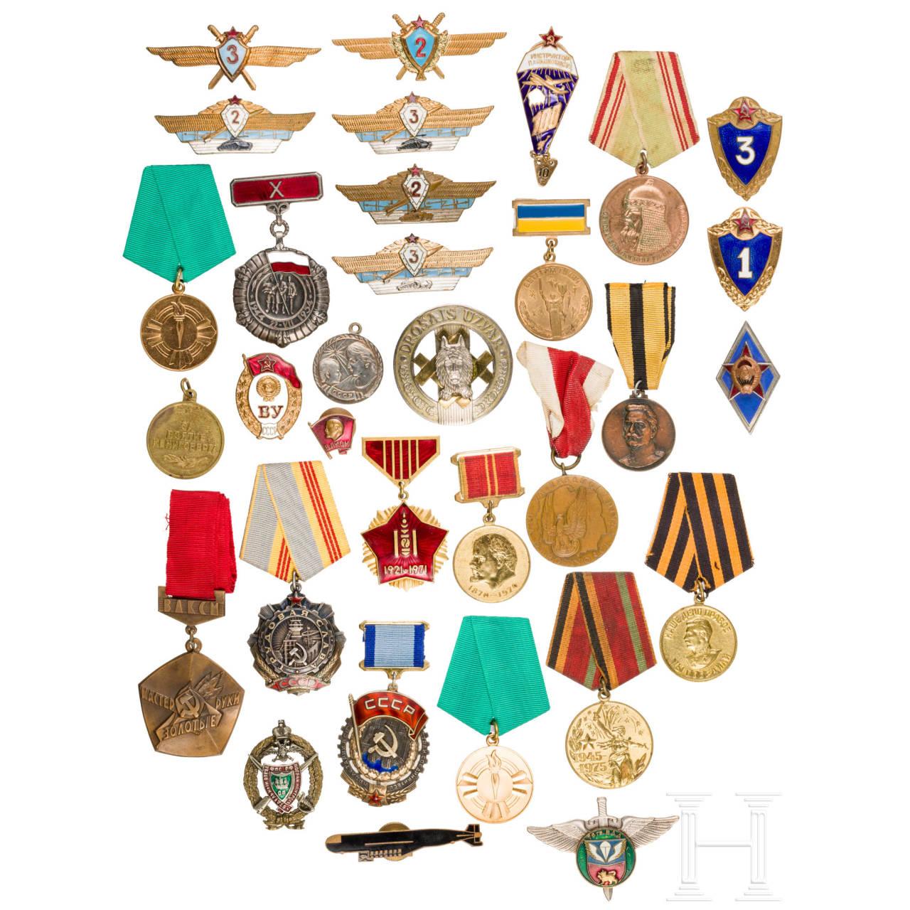 Große Gruppe Auszeichnungen und Schulterstücke, überwiegend Sowjetunion, 2. Hälfte 20. Jhdt.
