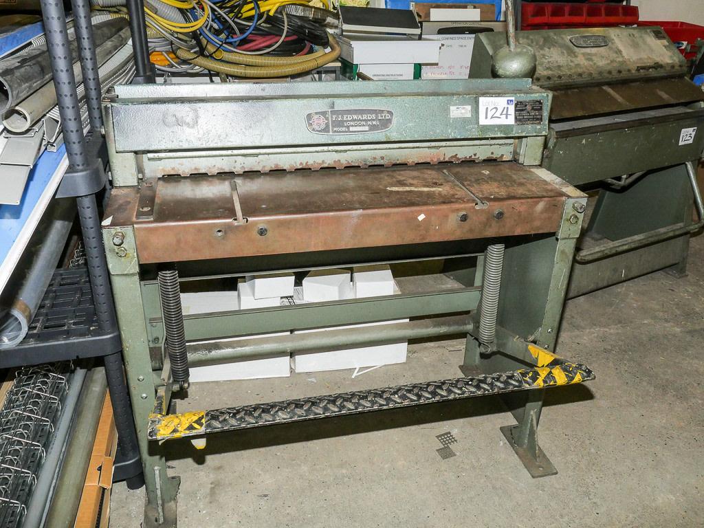 Manual sheet metal cutting machine hand guillotine shearing.
