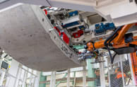 Krokodyl robot lifts a tunnel segment