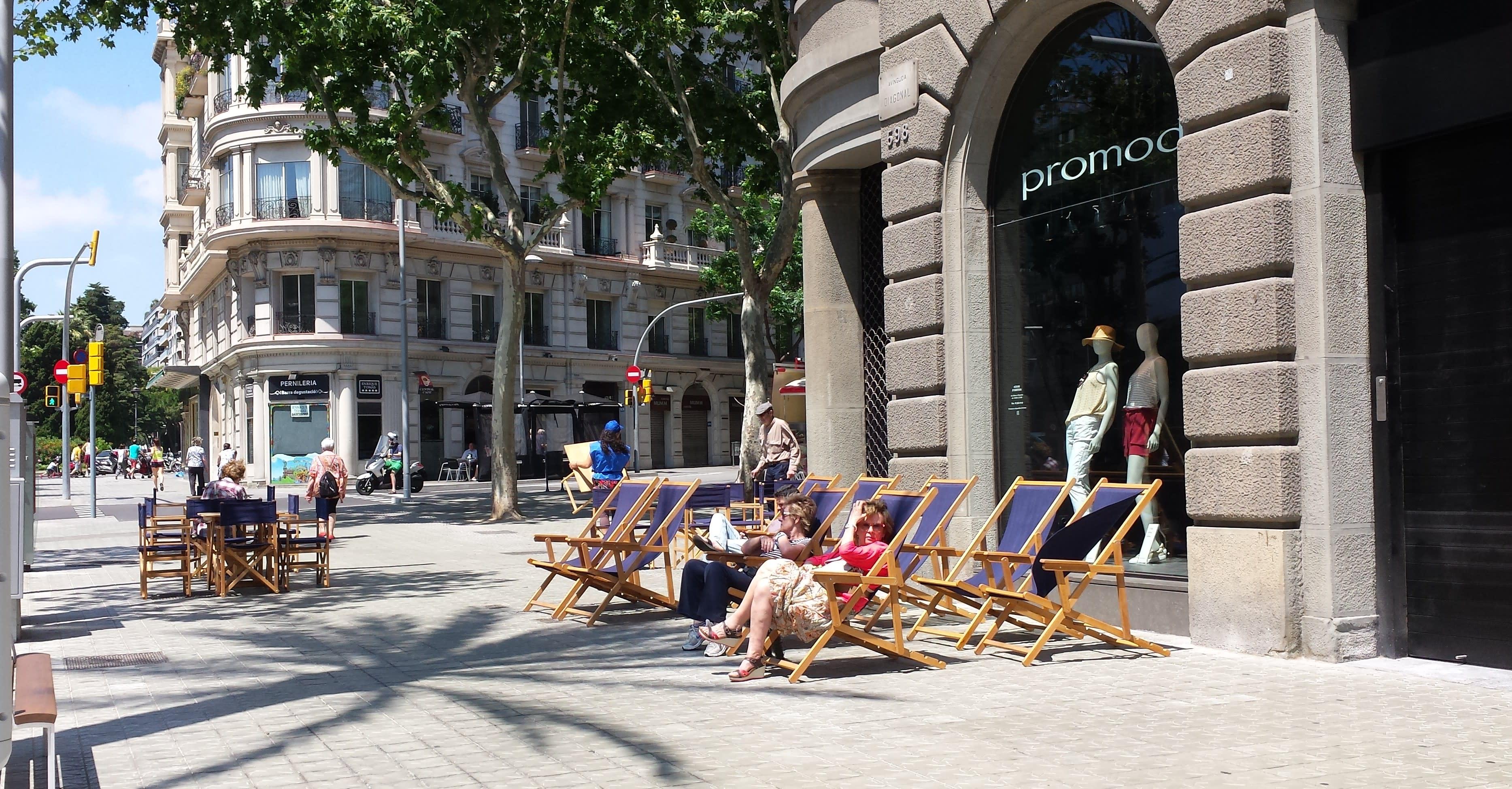 Sun loungers on the Avinguda Diagonal in Barcelona, next to Plaça Francesc Macià