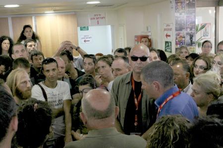 """מנכ""""ל מעריב טל רז בשיחה עם העובדים, בהם יו""""ר הוועד חגי מטר"""