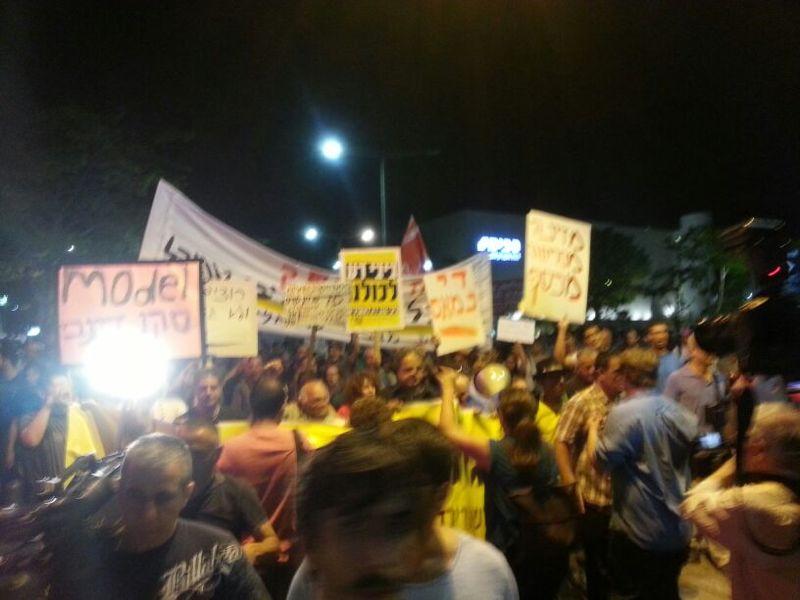 המפגינים צועדים ברחוב אבן גבירול