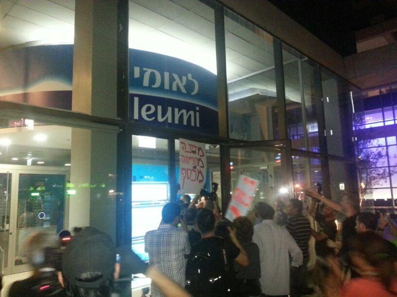 חלק מהמפגינים פרקו את זעמם על דלתות הבנק