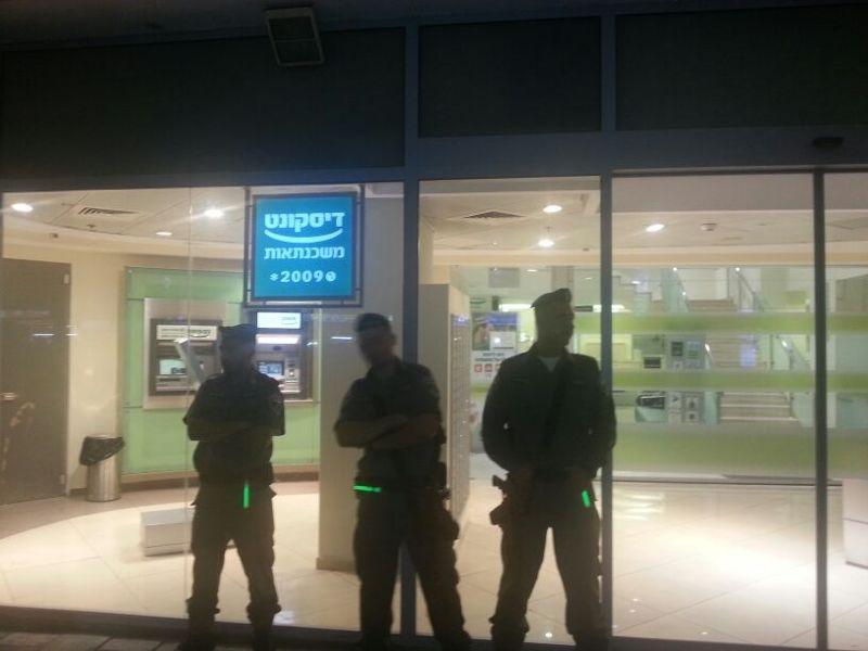 שומרים בפתח הבנק