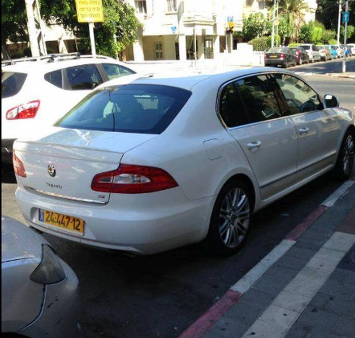 רכבו של חולדאי חונה באדום לבן; מתוך עמוד הפייסבוק של ניצן הורוביץ