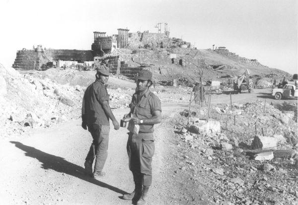 """חיילים במוצב החרמון לאחר כיבושו, באדיבות ארכיון צה""""ל במשרד הביטחון"""