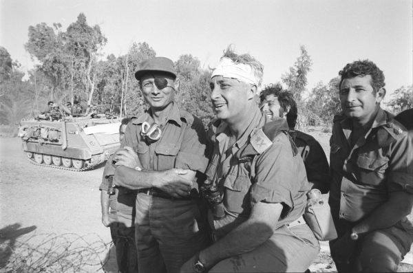 אריאל שרון ומשה דיין בצד המערבי של התעלה, צילום אברהם ורד, במחנה