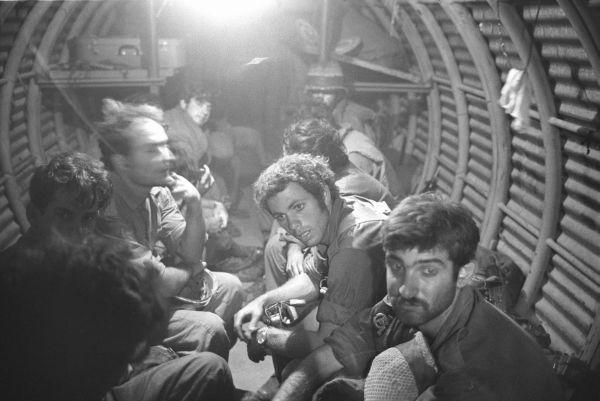 חיילים במעוז בודפשט, צילום: מיכה בר-עם, במחנה