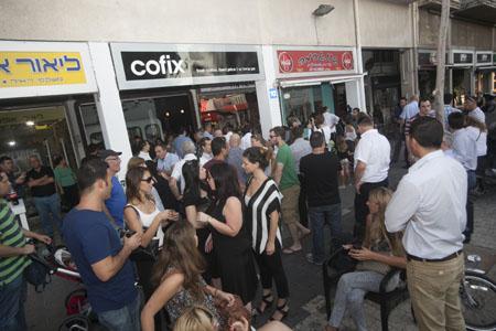 """ממתינים לקנות קפה ב-5 שקלים (יח""""צ)"""