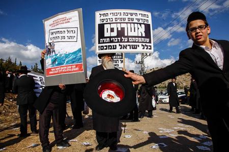 הפגנת החרדים אתמול מול כלא 6 (צילום: אבישג שאר-ישוב, ynet)