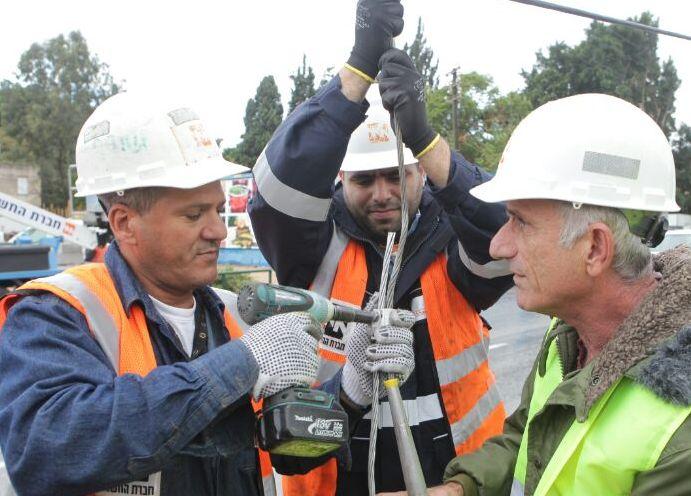 עובדי חברת החשמל מתקנים תקלות