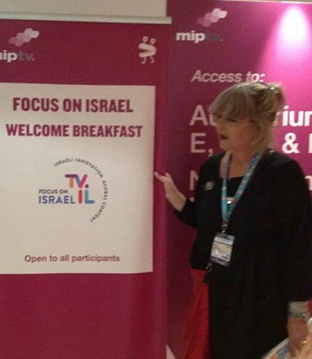 מירה גשל בדוכן הישראלי (צולם באמצעות טלפון סלולרי)