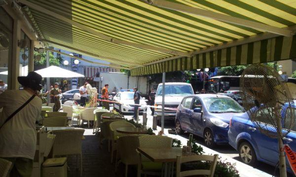 נפילת רסיס בסמוך לבית קפה ביום שישי בבוקר בתל-אביב; צילום: אבי שאולי