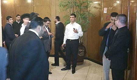 """אוים על ידי פעילי ש""""ס. ישי כהן מ'כיכר השבת' (בחולצה הלבנה), אתמול (צילום גולשים)"""