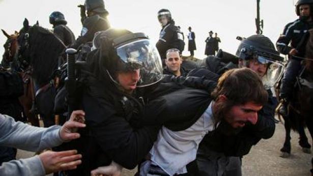 בצל המהומות מול כלא 6: צלמת סטילס של ynet נפגעה מאבן שהושלכה לעברה
