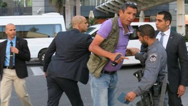 """מדינת משטרה// צלם ניסה לתעד את אולמרט ליד ביהמ""""ש - ונעצר לחקירה"""