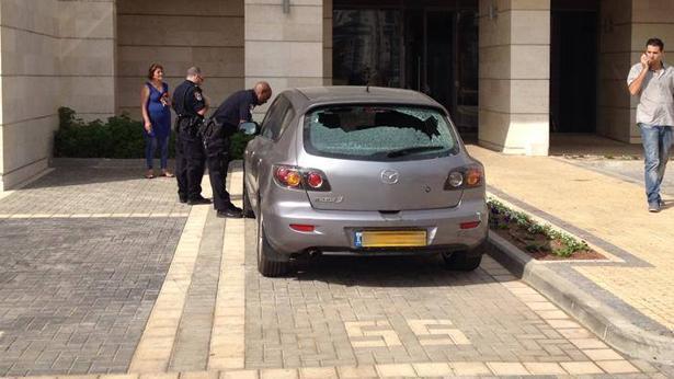 רכב עם זכוכית מנותצת, צילום: ערן ברזילאי