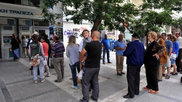 תור לכספומט בסלוניקי יוון, צילום: Getty images Israel
