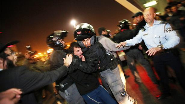 """עיתונאים הותקפו בהפגנת הימין: """"באו אליי יס""""מניקים עם אלות והכו אותי"""""""