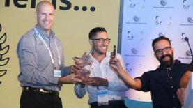 אורי דרור ושי ברמלי מקבלים את הפרס הראשון בתחרות הפורמטים, צילום: פרי אפלבוים