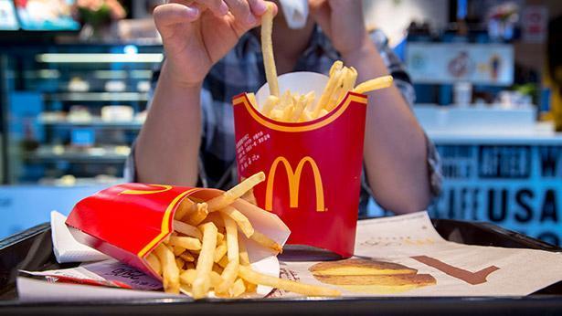 נער אוכל ארוחת מקדונלד'ס, צילום: Gettyimages