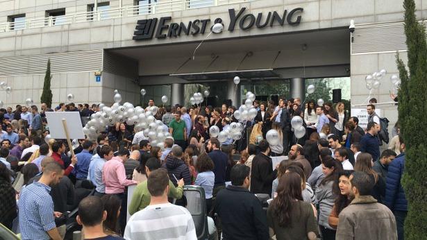 עובדי ERNST YOUNG מפגינים מחוץ למשרדי החברה, צילום: ועד EY