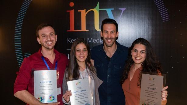 """אסף בלכר, סמנכ""""ל פיתוח תוכן בקשת והזוכים בתחרות היוצרים הצעירים בכנס INTV, צילום: עודד קרני"""