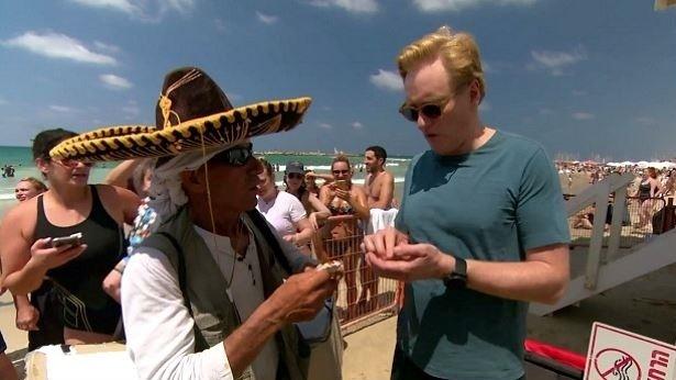 קונאן אובריין בחוף תל אביב, צילום: מתוך השידור ב-TBS