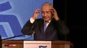 ראש הממשלה נתניהו מחקה את משה נוסבאום, כשמסמן את הגבות המוכרות של הכתב הוותיק, צילום: מסך חדשות 2