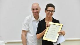 """יעל שפריר מקבל את פרס תקשוראשון מידיו של ד""""ר יובל דרור, צילום: עידן גרוס"""