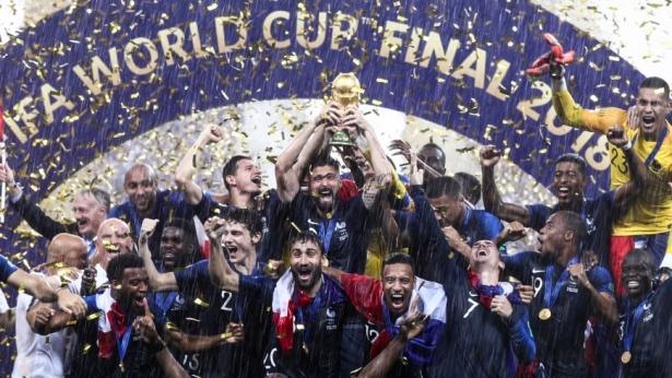 נבחרת צרפת מניפה את גביע העולם בכדורגל 2018, צילום: גטי אימג'ס