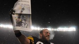 שחקן פיטסבורג מניף את עיתון הפוסט גאזט, צילום: גטי אימג'ס