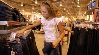 צעירה בקניות, צילום: גטי אימג'ס