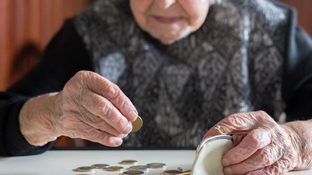 אישה מבוגרת סופרת כסף, צילום: Istock