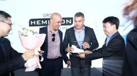 """נציגי המילטון מקבלים אות מאנשי שיאומי הסינית, צילום: יח""""צ"""