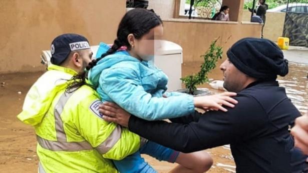 שוטרים מחלצים ילדה מהשטפון, צילום: משטרת ישראל
