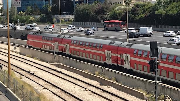 רכבת ישראל לצידי נתיבי איילון, צילום: אלכסנדר כץ