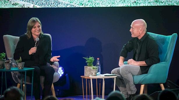 """מנכ""""ל קשת אבי ניר עם סינדי הולנד, סגנית נשיא התוכן המקורי של נטפליקס, בכנס INTV, צילום: יח""""צ קשת"""