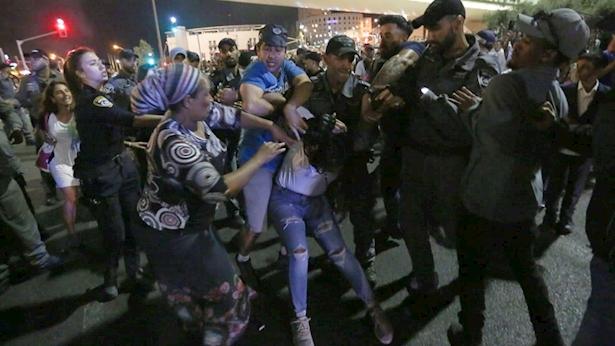 הפגנת בני הקהילה האתיופית בכניסה לירושלים, צילום: באדיבות חיים גולדברג, אתר כיכר השבת