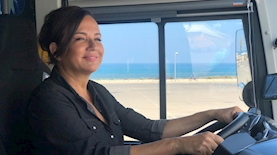 """צופית גרנט בקמפיין לגיוס נהגות אוטובוס לחברת מטרופולין, צילום: יח""""צ"""