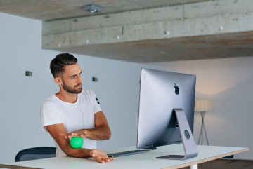 More movement in the workplace with a height-adjustable desk