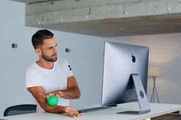 Mehr Bewegung am Arbeitsplatz durch einen höhenverstellbaren Schreibtisch