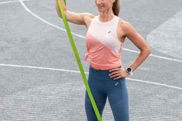 Frau trainiert mit MULTI BAND
