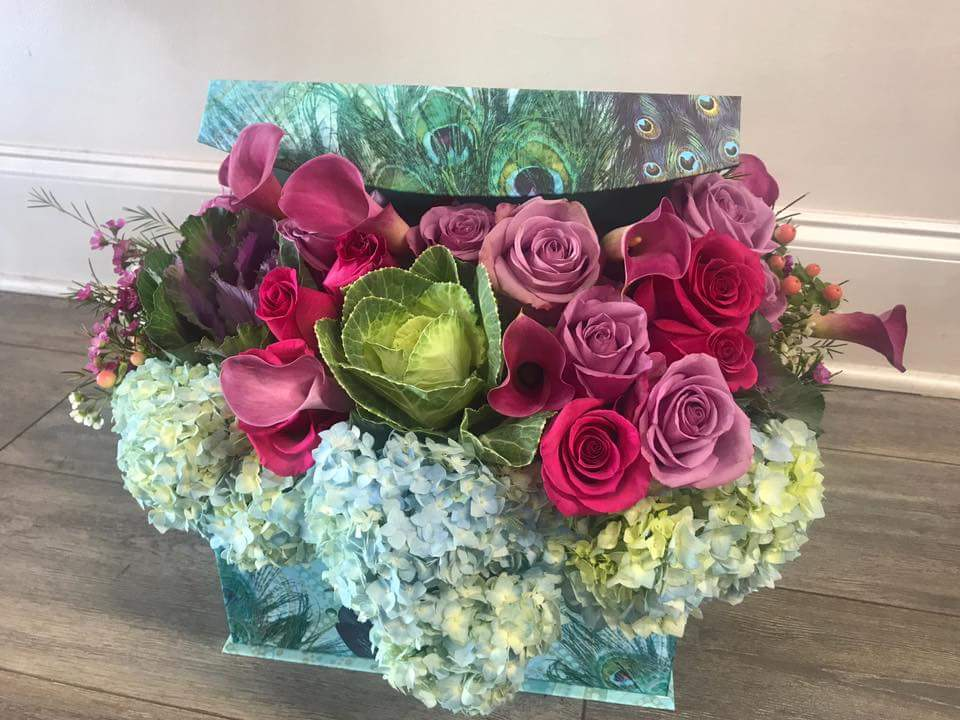 What a amazing combination, hydrangea, Roses, calla lilies, and kale. Arranged