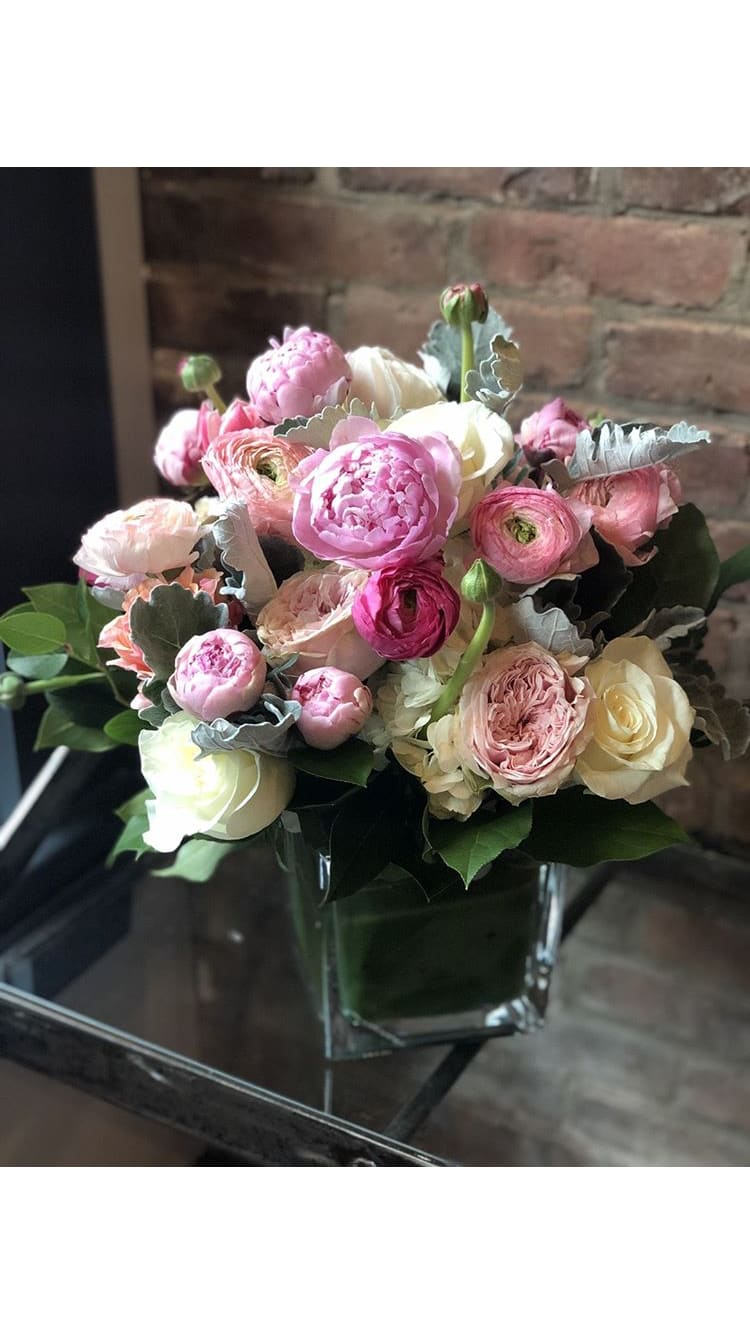 Merveilleux ... Ranunculus And Garden Roses. This Exquisite Super Premium Floral Is In  The Top Tier Of Special One Of