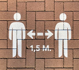 Sign showing people must keep 1.5 metres distance