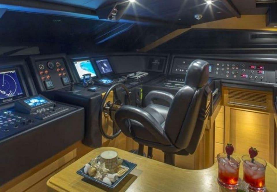 M/Y 30m Ferretti Yacht #8